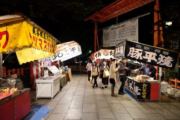 八坂神社の屋台。良い匂いと元気さがお祭り気分にさせてくれる。