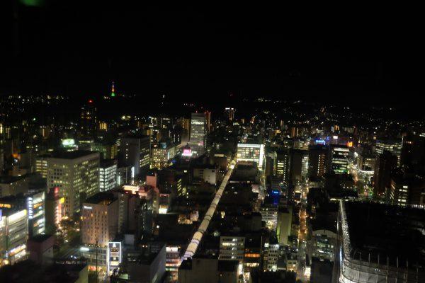 AERの31階展望テラスの夜景。リア充がたくさん。
