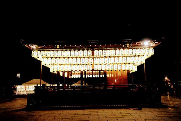 八坂神社の境内。ズラッと並ぶちょうちんが圧巻。