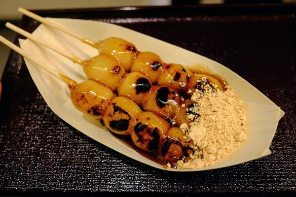 藤菜美さんのみたらし団子。できたてで美味しい。