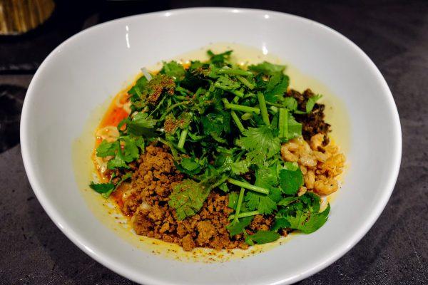 汁なし担々麺の「タンタンタイガー」。辣油、中国山椒、パクチーの三大刺激で口の中がはじけ飛ぶ快感。
