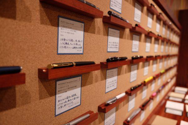 「カキモリ」に並ぶ万年筆を見ていると「スマホも良いけど、ノートに書いてみたいな」と思ってくる。