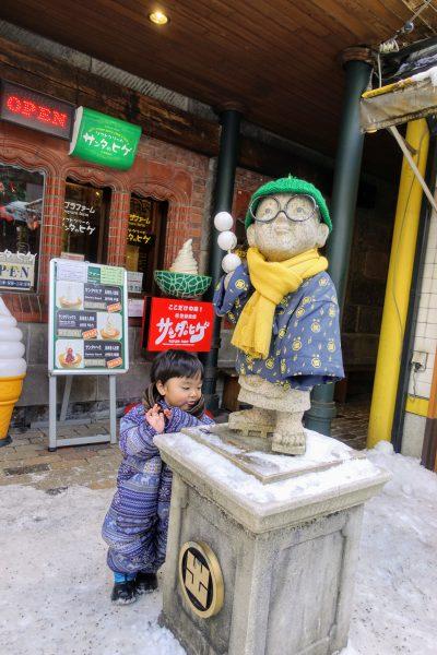 小樽出抜小路の石像。やたら外国人が写真を撮ってました。