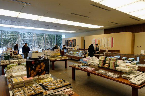 六花亭札幌本店に到着。バターサンド以外にもたくさんのお菓子がずらりと並びます。